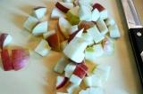 Шаг 1. Яблоки порезать кубиками.