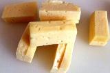 Шаг 4. Часть сыра нарезать брусочками.