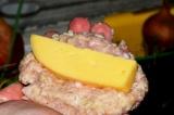 Шаг 6. Сформировать котлеты, поместив внутрь брусочки сыра.