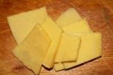 Шаг 2. Сыр нарезать ломтиками.