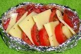 Шаг 3. В формочку из фольги уложить помидоры и сыр, посыпать базиликом. Готовить