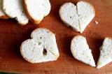 Шаг 1. Багет нарезать в виде сердечка и разрезать его пополам.
