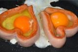 Шаг 4. Внутрь сосисок разбить по яйцу.