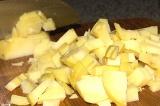 Шаг 1. Вареный картофель нарезать небольшими кубиками.