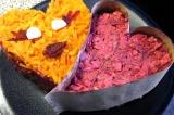 Шаг 7. Сделать два сердца из салата и украсить одно морковью, а второе – свеклой