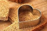Шаг 2. С помощью формочек вырезать сердечки.