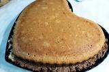 Шаг 11. Накрыть торт оставшейся частью выпечки и аккуратно перевернуть на тарелк