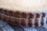 Шаг 6. Готовую выпечку разрезать вдоль. 1 часть будет основой торта, а вторая по