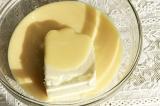 Шаг 7. Приготовить белую начинку: 250 гр. масла смешать с банкой сгущенки и вани