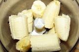 Шаг 1. Бананы очистить, поломать, поместить в блендер.