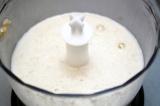 Шаг 2. Влить молоко, тщательно измельчить до однородной массы.