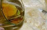 Шаг 5. Добавить пиво и растительное масло.