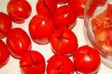 Шаг 6. Надрезать помидоры крест-накрест, аккуратно удалить мякоть.