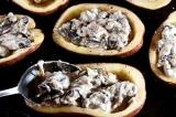 Шаг 9. Каждую половину картофеля наполнить грибной начинкой.