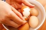 Шаг 5. Куриные яйца отварить и очистить.