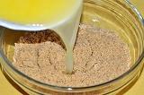 Шаг 3. Смешать масло с измельченным печеньем.