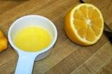 Шаг 7. Из лимона выжать сок.
