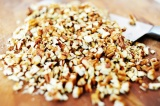 Шаг 6. Орехи мелко нарезать, добавить к шоколаду и перемешать.