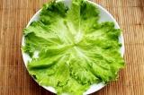 Шаг 10. Выложить листья салата, поверх выложить приготовленное блюдо. Украсить п