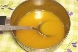 Шаг 4. К яйцам добавить соль, сахар, мускатный орех, ванильный сахар и влить сли