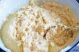 Шаг 7. В большой миске смешать опару с мукой, вымесить тесто.