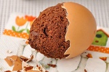 Шаг 9. Убрать лишнее тесто и остудить яйца. Подавать либо в скорлупке, либо очищ