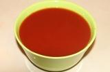 Шаг 1. В воду добавить кетчуп и перемешать.