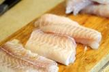 Шаг 1. Рыбу нарезать на стейки.