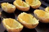 Шаг 4. Готовый картофель разрезать пополам, аккуратно достать мякоть.