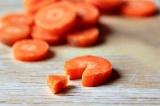 Шаг 4. Морковь порезать кружочками.