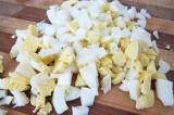 Шаг 3. Яйца нарезать мелко.