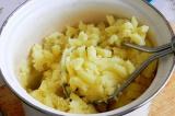 Шаг 1. Сварить и растолочь картофель в пюре.