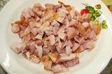 Шаг 2. Нарезать копчёное куриное мясо.