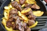 Шаг 7. Обжаренную печень добавить к луку и яблокам.