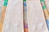Шаг 1. Тесто разрезать на 4 листа, посыпать сахарным песком.