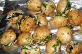 Шаг 7. Уложить фаршированный картофель на фольгу, завернуть и готовить на мангал