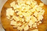 Шаг 1. Сыр нарезать небольшими кубиками.