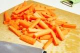 Шаг 4. Морковь порезать на кусочки.