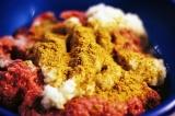 Шаг 2. Взять 2 вида фарша, добавить лук, чеснок, соль, перец, хмели-сунели.