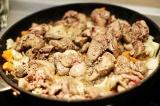 Шаг 5. Вернуть печень в сковороду и потушить с овощами на среднем огне 15 минут.