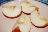 Шаг 2. Яблоки и клюкву помыть. Яблоки порезать и удалить косточки.