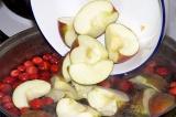 Шаг 3. Засыпать клюкву и яблоки в воду и варить 10-15 минут. Охладить.