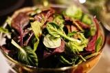 Шаг 4. Листья салата помыть и порвать в тарелку.