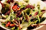 Готовое блюдо: зеленый салат с тунцом