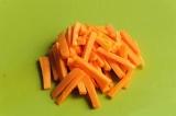 Шаг 4. Нарезать морковь брусочками.