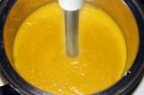 Шаг 7. Суп измельчить блендером и украсить сметаной и зеленью.