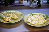 Шаг 1. Яйца отварить, отделить желтки от белков и белки разделить на половинки.
