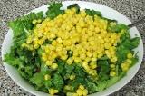 Шаг 5. Смешать помидоры, тунец, листья салата, кукурузу и маслины. Посолить. Зап