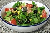 Готовое блюдо: салат с тунцом и кукурузой