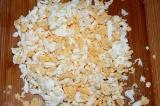 Шаг 4. Яйца отварить, очистить и натереть на терке.